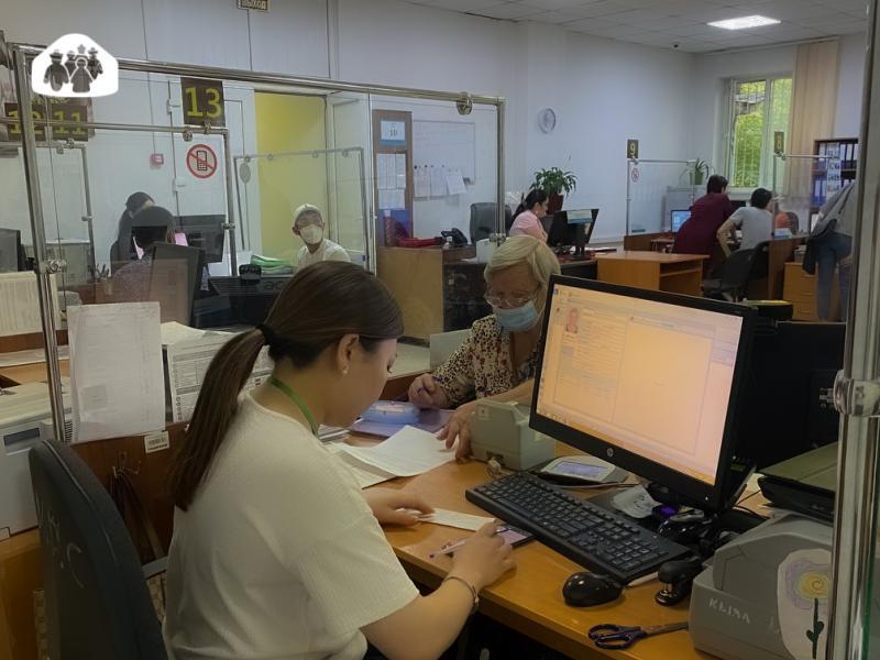 Сегодня и.о. председателя Государственной регистрационной службы Залкарбек Карыбеков проинспектировал ряд ЦОН